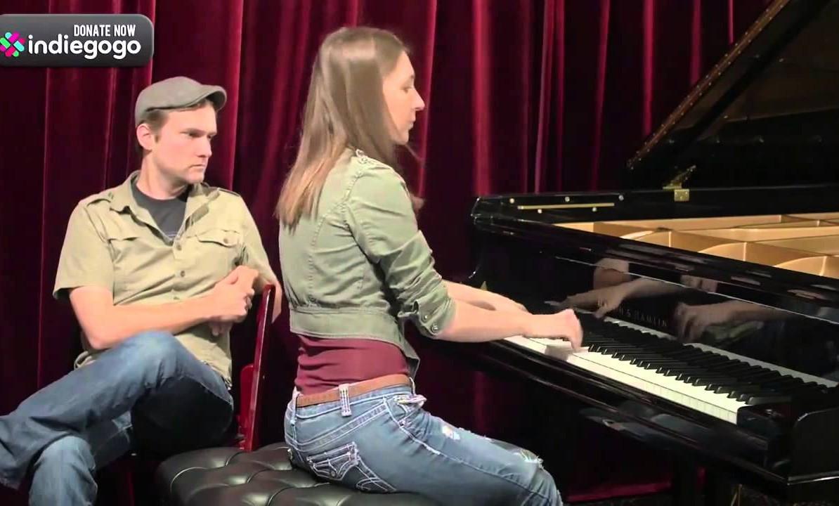 MUCHACHA ESCUCHA TEMAS DE NINTENDO Y LOS INTERPRETA AL PIANO